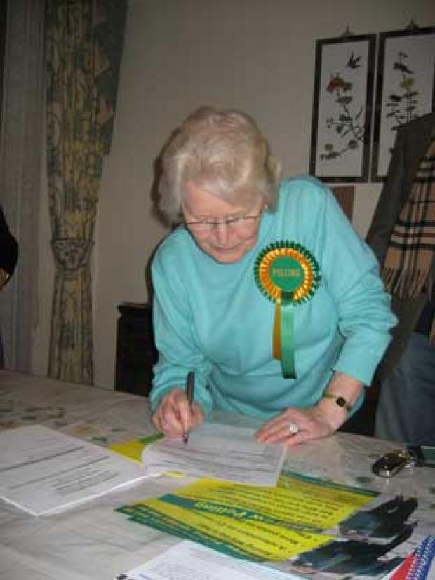 This Is Local London: Shirley Trimmer signs Andrew Pelling's nomination forms