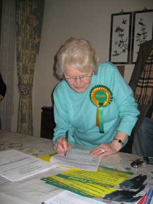Shirley Trimmer signs Andrew Pelling's nomination forms