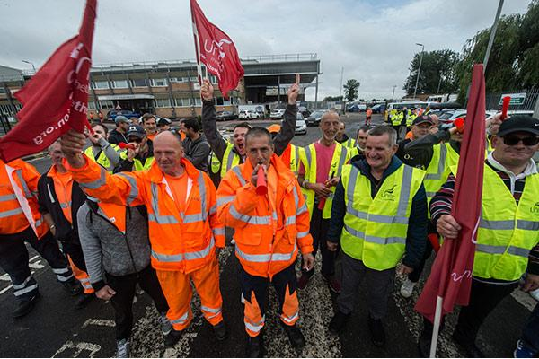 This Is Local London: Unite's Bexley bin collectors on strike
