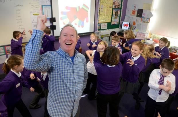 Storyteller: Kevin Graal with pupils during his workshop