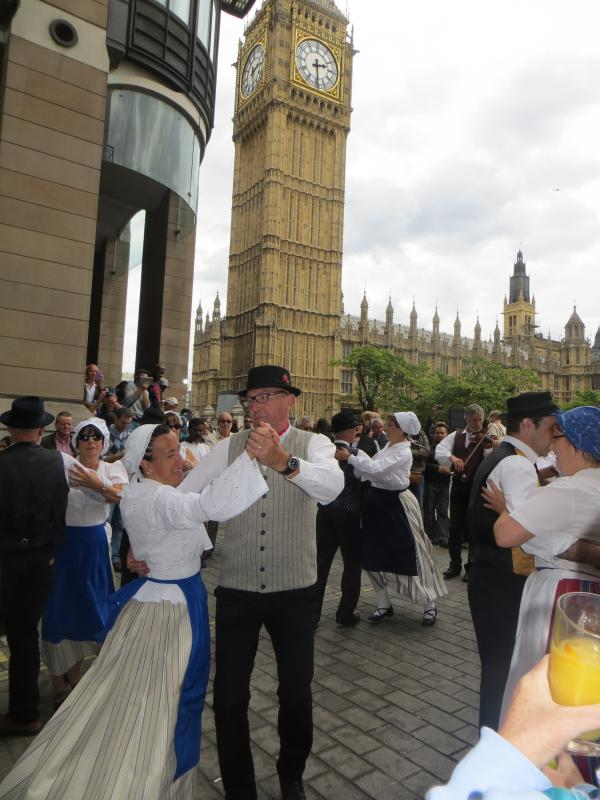 French dancers and morris men dance across London and Surrey