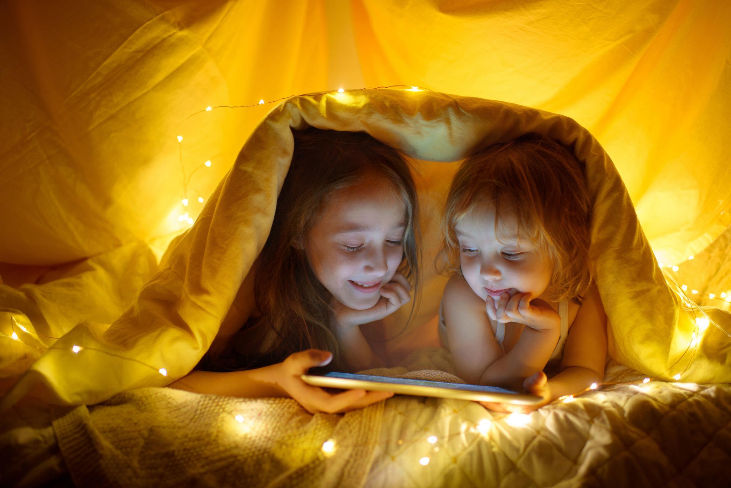 10 reglas que ayudarán a que sus hijos duerman mejor: Regla 1: pantallas apagadas